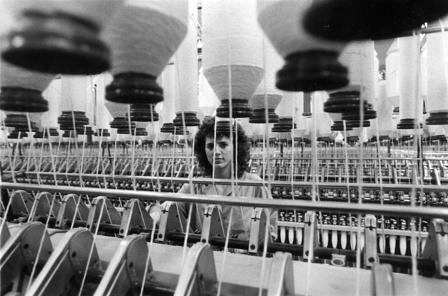 Operaia di una fabbrica tessile del Novecento