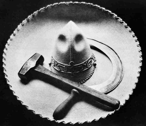 Falce, martello e sombrero, Messico, 1927 circa (Tina Modotti)