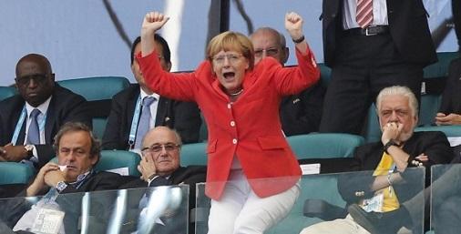 Angela Merkel allo stadio durante la partita tra Germania e Portogallo ai mondiali di Brasile 2014