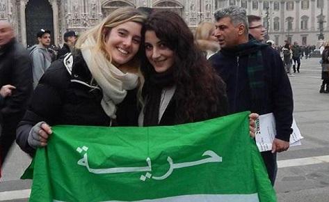 Greta Ramelli (a sinistra) e la bergamasca Vanessa Marzullo (a destra) in una manifestazione a Milano: l'immagine è tratta da Facebook