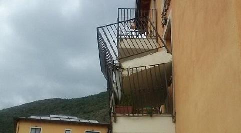L'EREDITA' DEL GOVERNO BERLUSCONI - È crollato da solo, all'improvviso, un balcone del progetto C.A.S.E. - acronimo per case antisismiche, sostenibili, ecocompatibili -, lanciato nel 2009 per dare un tetto agli abitanti dell'Aquila rimasti senza dopo il terremoto del 6 aprile (guarda le foto). 4.500 ABITAZIONI A 2.800 EURO AL METRO QUADRO. Lascito della protezione civile di Guido Bertolaso, le 4.500 unità abitative costarono circa 2.800 euro al metro quadro e furono realizzate attraverso un bando coperto da un finanziamento dell'Unione europea di circa 500 milioni di euro.
