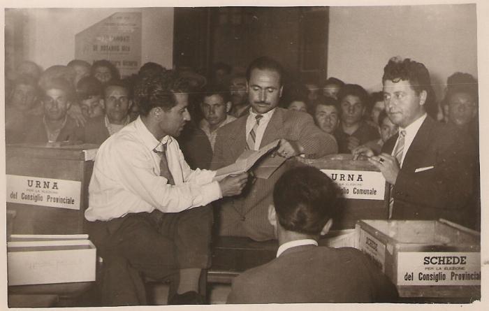 Seggio elettorale a Montenero di Bisaccia, presumibilmente nei primi anni Sessanta, in occasione delle elezioni comunali e provinciali