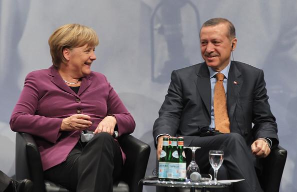 Il cancelliere Angela Merkel e il primo ministro turco Recep Tayyip Erdogan durante le celebrazioni dei 50 dell'immigrazione turca in Germania