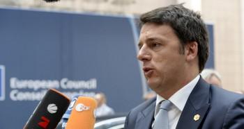 Matteo Renzi parla con i giornalisti dopo il summit UE a Bruxelles, del 26 giugno
