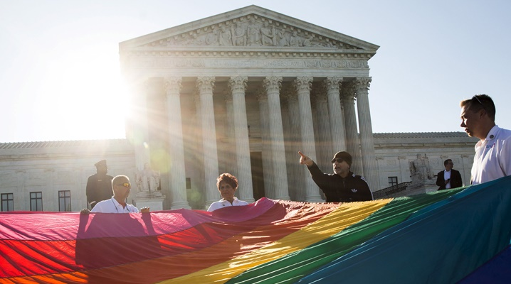 Sostenitori dei matrimoni gay davanti alla corte suprema a Washington.