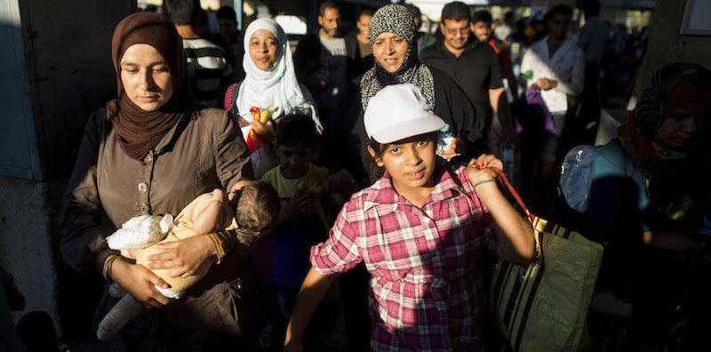 Un gruppo di migranti arrivati lunedì a Vienna (AP Photo/Christian Bruna)