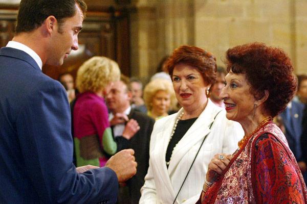 Fatima Mernissi chiacchiera con Filippo di Spagna durante un ricevimento a Oviedo, in Spagna, dove ha ricevuto il Premio Principe delle Asturie per la letteratura. Miguel Riopa / AFP