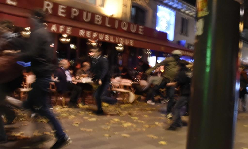 La gente gente scappa pensando che si tratti di spari, invece era scoppiata una lampadina. Parigi il 13 novembre. Foto: Dominique Faget / AFP / Getty Images